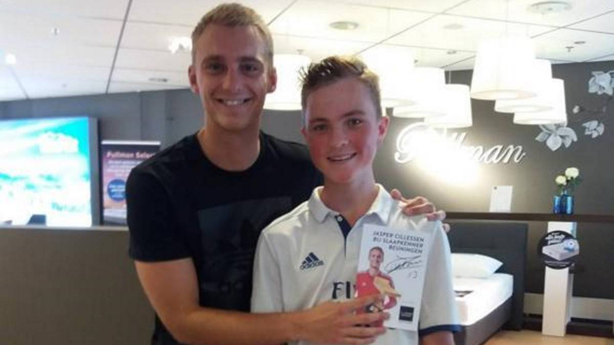 Cillessen: Barça man covers Real Madrid badge in photo with fan