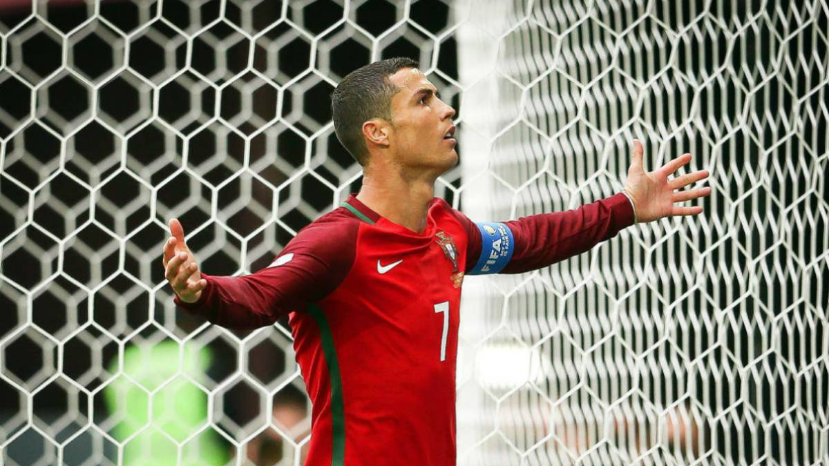 Portugal's Cristiano Ronaldo celebrates after scoring the 1-0 lead from the penalty spot during the FIFA Confederations Cup 2017 group A soccer match between New Zealand and Portugal at the Saint Petersburg stadium in St.Petersburg, Russia, 24 June 2017.