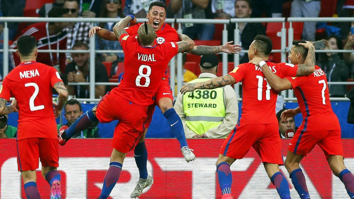 Martin Rodriguez (C) of Chile celebrates with his teammates after scoring the 1-1 equalizer during the FIFA Confederations Cup 2017 group B soccer match between Chile and Australia at the Spartak Stadium in Moscow, Russia, 25 June 2017.