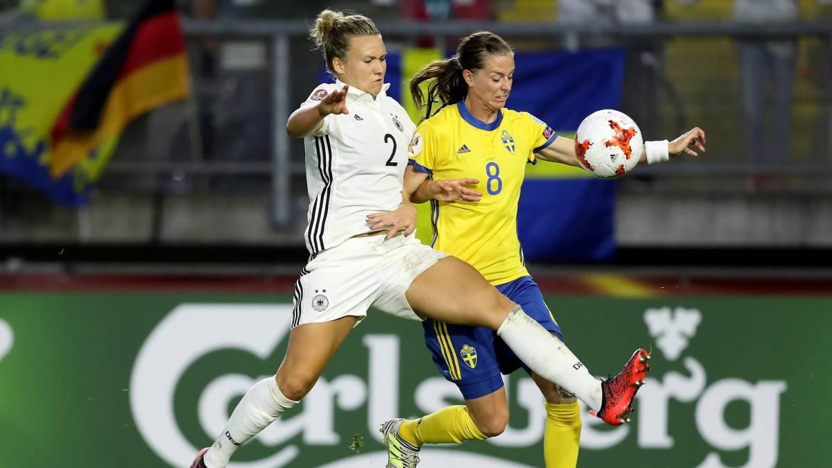 Josephine Henning y Lotta Schelin durante el Alemania - Suecia de la Eurocopa Femenina 2017.