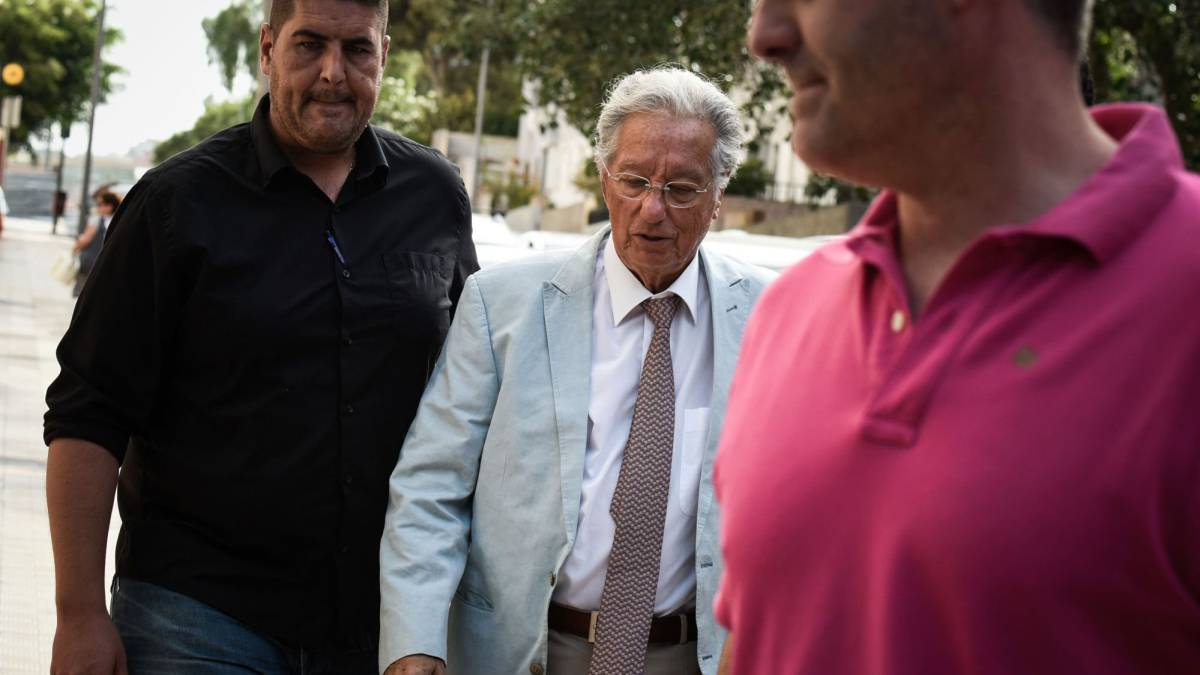 Spanish Civil Guard plainclothes policemen escort Spanish Football Federation (RFEF) vice president Juan Padron (C) outside the Football Federation building in Santa Cruz de Tenerife, on the Spanish Canary Island of Tenerife, on July 18, 2017. The Guardia Civil this morning arrested the president of the Spanish Football Federation (RFEF), Angel Maria Villar, and his vice president and top soccer manager in Tenerife, Juan Padron, as part of an anti-corruption operation ordered by the National Court. Villar's son Gorka and another federation official were also detained in the probe which notably focuses on allegations of skimming profits from international matches, the source told AFP.