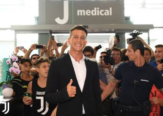 Official: Juve make statement with €40m Bernardeschi deal