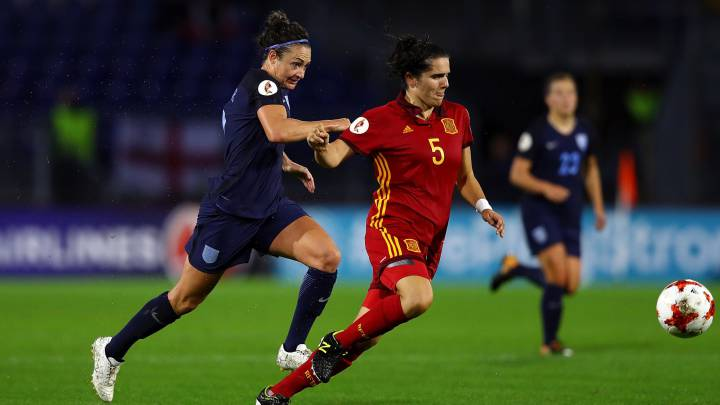 Andrea Pereira of Spain holds off pressure from Jodie Taylor of England during the UEFA Women\'s Euro 2017 Group D match between England and Spain at Rat Verlegh Stadion on July 23, 2017 in Breda, Netherlands.
