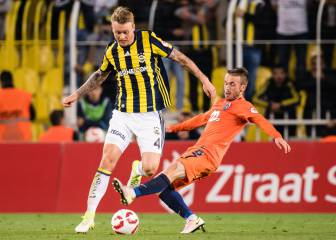 Simon Kjaer en route to Spain to complete Sevilla move