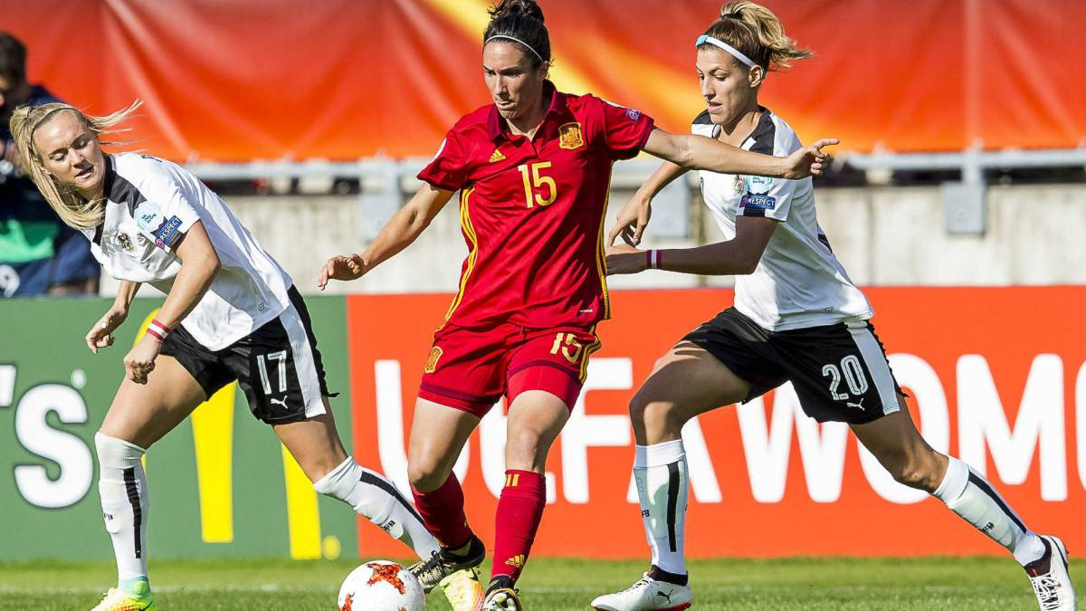 Sarah Puntigam of Austria, Silvia Meseguer of Spain, Lisa Makas of Austria during the quarter final match between Austria vs Spain at the UEFA Women's EURO 2017 soccer tournament in Tilburg, the Netherlands, 30 July 2017.