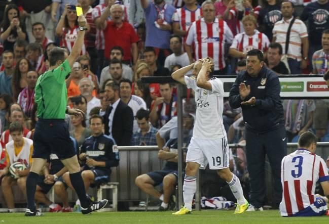 Fernández Borbalán muestra a Modric una de las dos amarillas que vio contra el Atlético en la vuelta de la Supercopa de España de 2014.