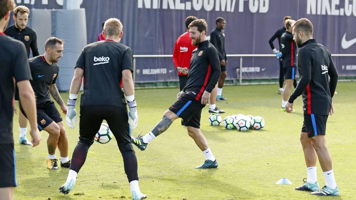 Messi, en un rondo ante Cillessen, Alcácer e Ivan Rakitic, en el entrenamiento de ayer.