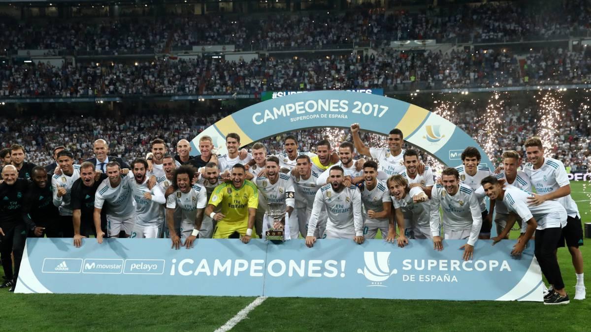Los jugadores del Real Madrid posan con su trofeo.