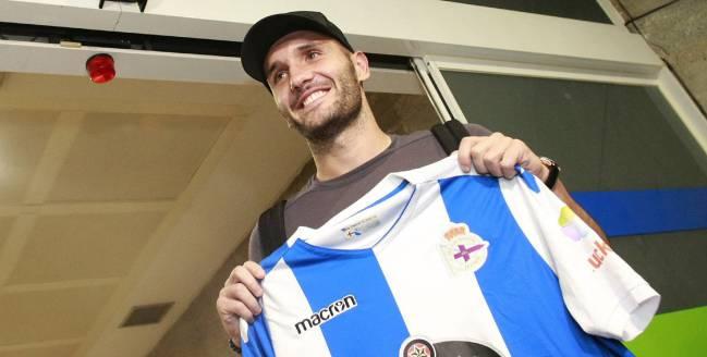 El futbolista Lucas Pérez a su llegada esta noche al aeropuerto de A Coruña.