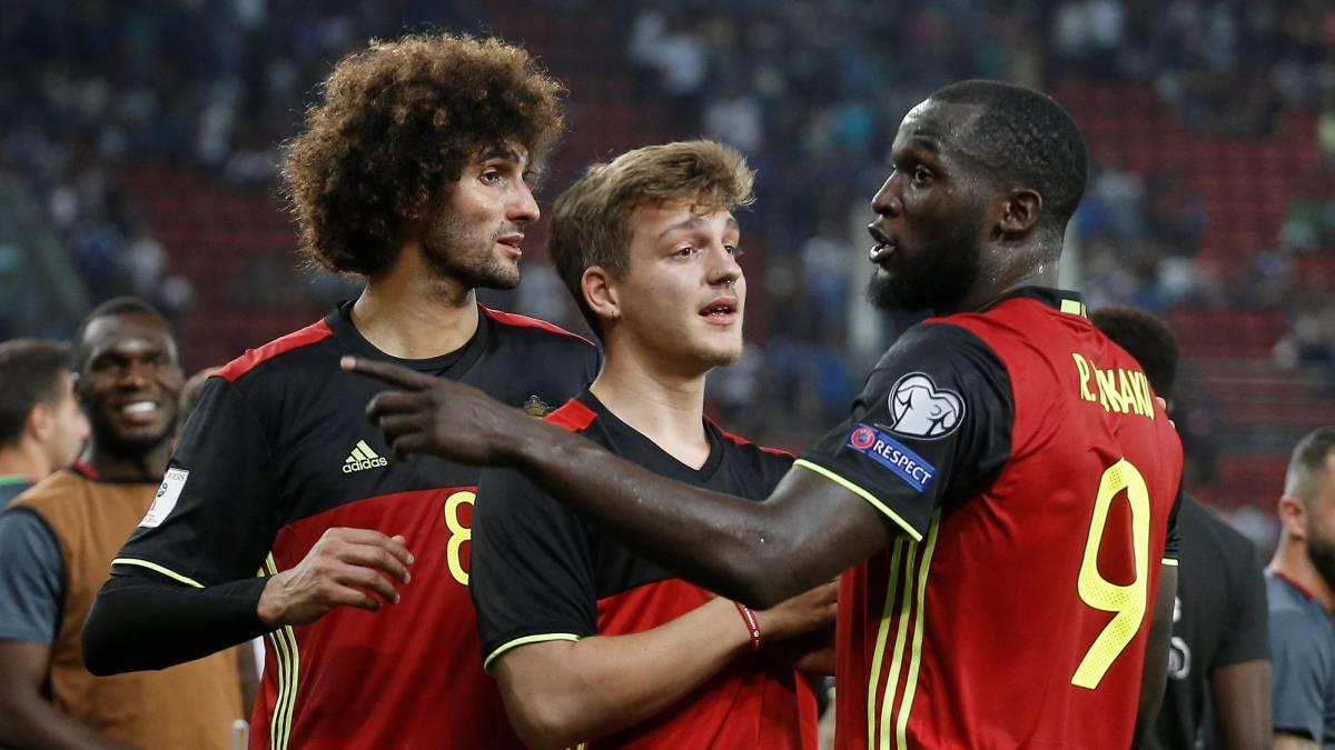Fellaini y Lukaku celebran junto a sus compañeros la clasificación de Bélgica para el Mundial de Rusia 2018.