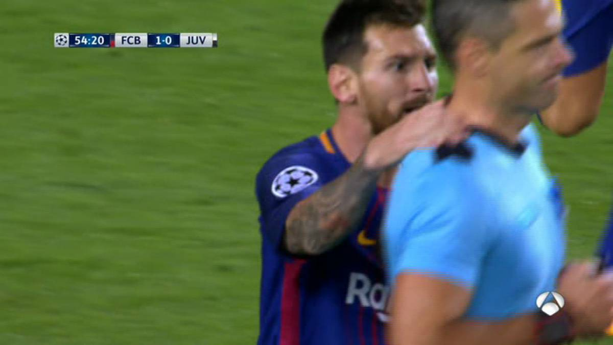 Messi booked in Barcelona - Juventus Champions League match
