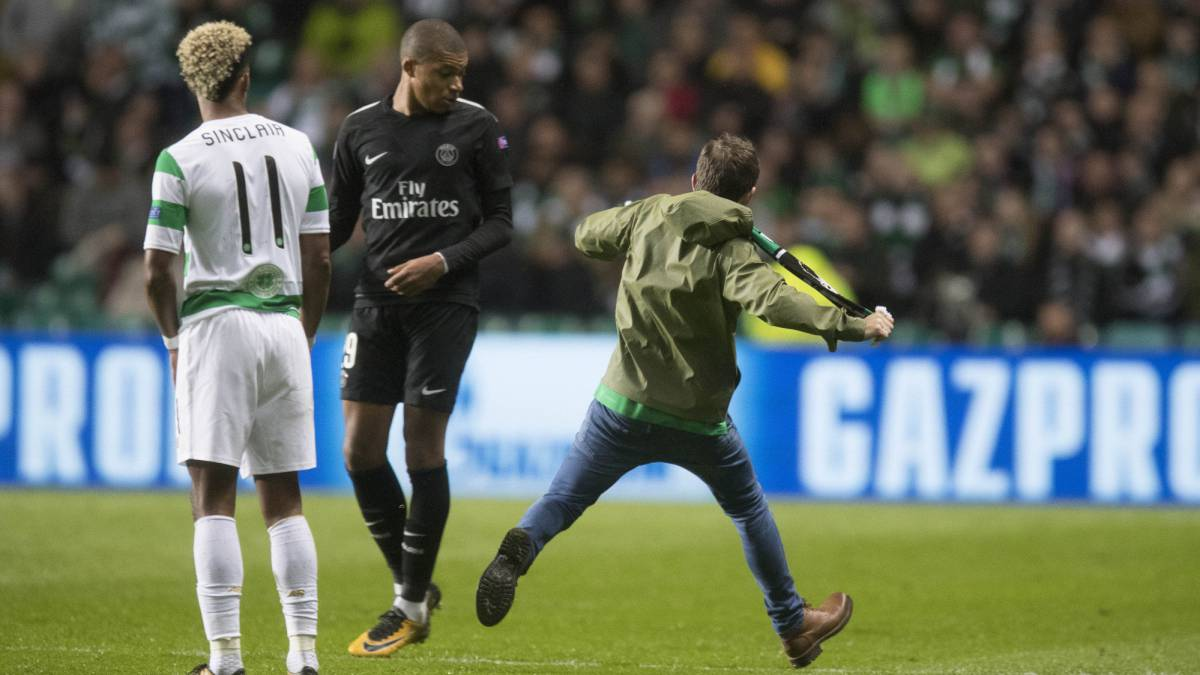 Un hincha del Celtic intenta agredir a Mbappé en el partido