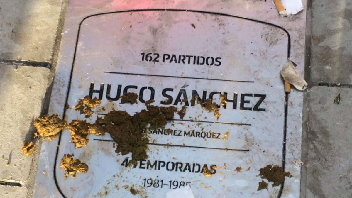 Enraged Atleti fans threaten to remove Hugo Sánchez plaque