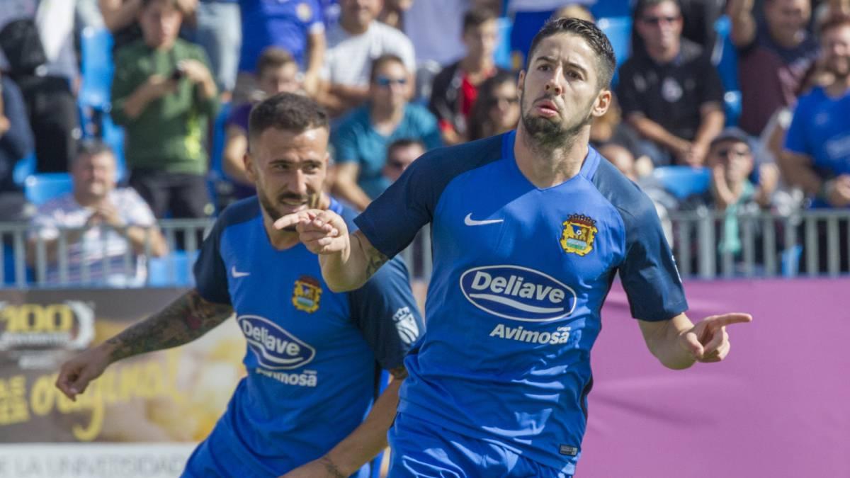 Hugo Fraile y Dioni celebran un gol del Fuenlabrada.