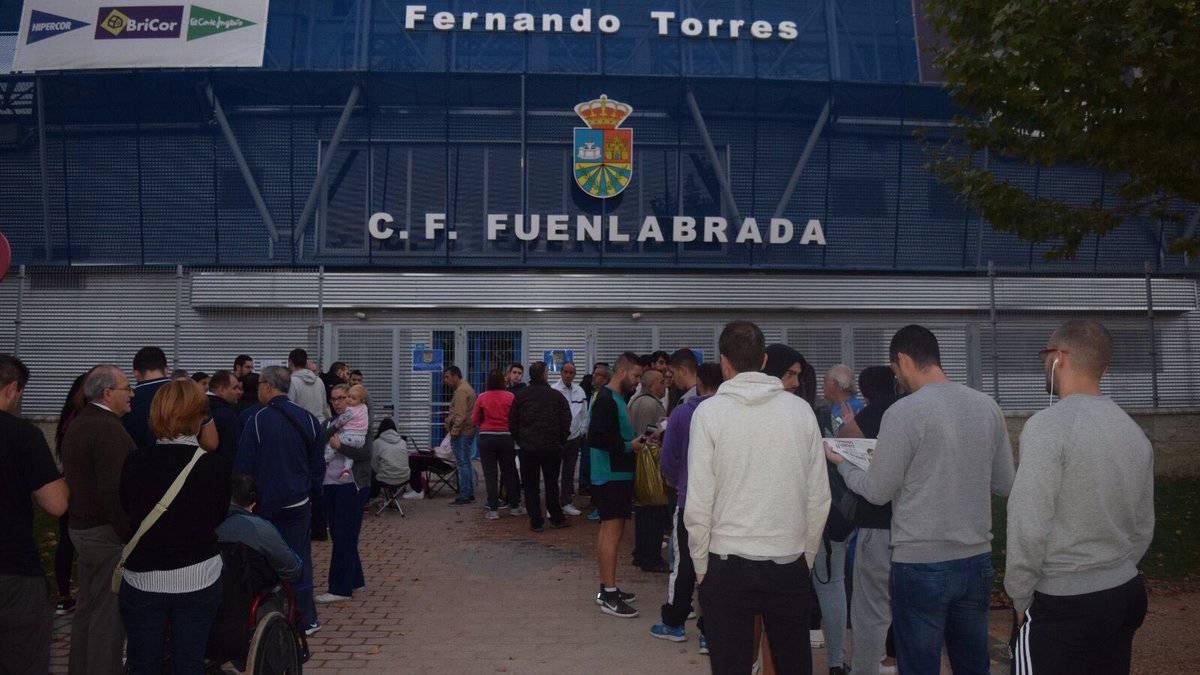 Colas en el Estadio Fernando Torres de Fuenlabrada al amanecer del lunes, 16 de octubre de 2017 para comprar las entradas del partido de Copa del Rey contra el Real Madrid.
