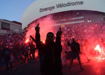 Marseille's ultras battle with French police before PSG game