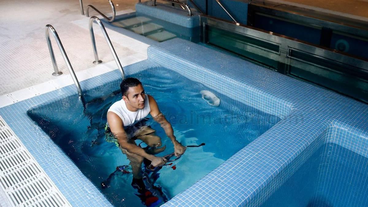 Keylor, en las piscinas de la ciudad deportiva del Real Madrid.