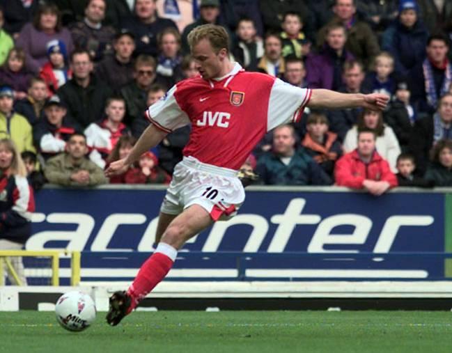 Dennis Bergkamp, en un partido con el Arsenal en 1998.