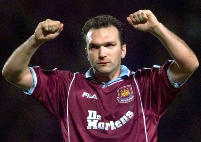Neil Ruddock celebra un gol con el West Ham en 1999.