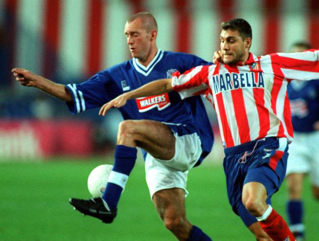 Spencer Prior, en su etapa en el Leicester, pelea un balón con Vieri en un partido de la Copa de la UEFA.
