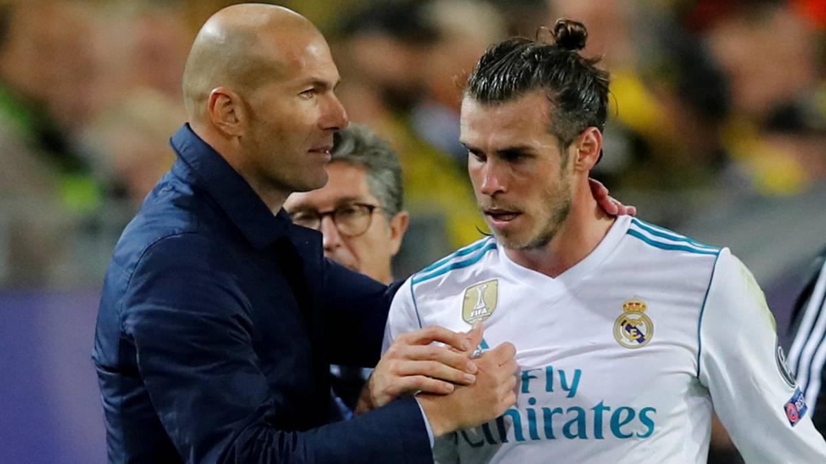 Zinedine Zidane saluda a Gareth Bale tras ser sustituido contra el Dortmund el 26 de septiembre en el último partido que ha jugado el galés.
