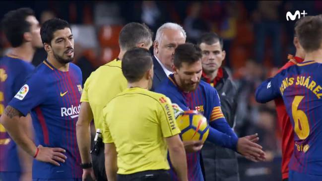 Barcelona players reactions to Messi's non-given goal