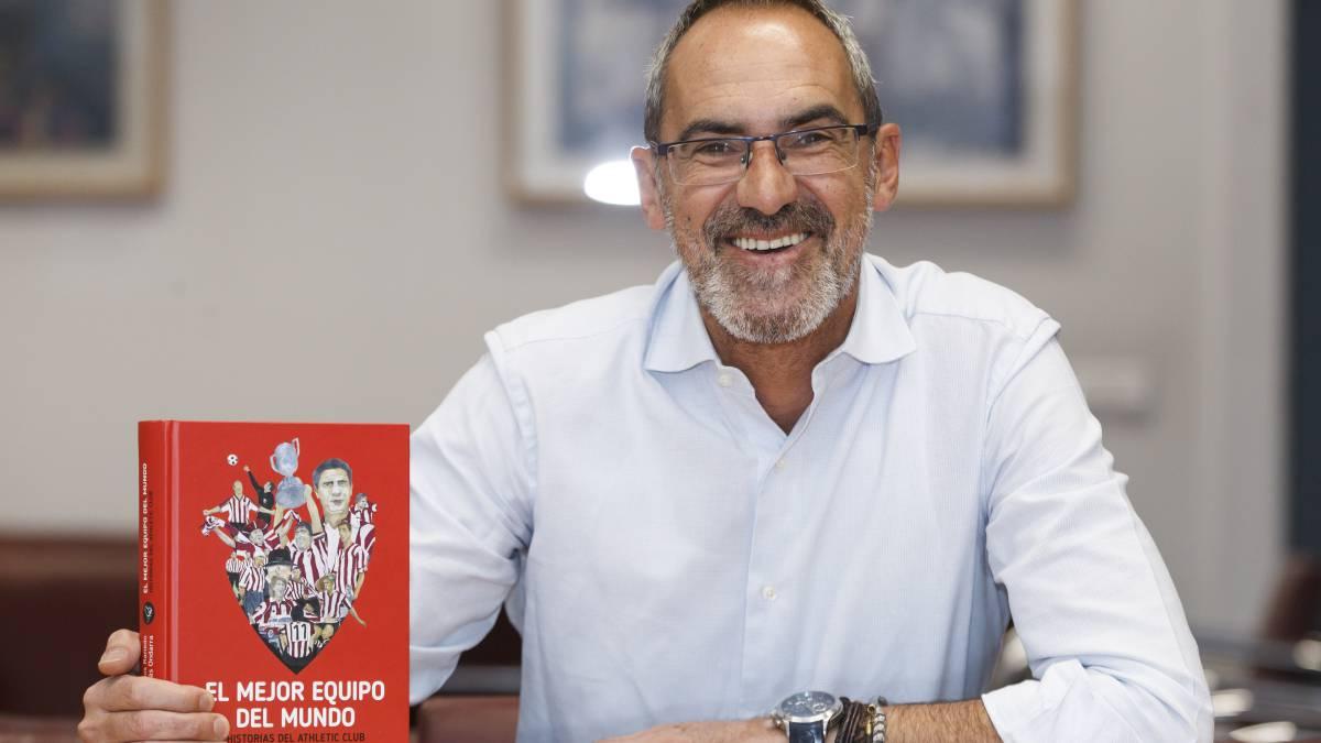 Tomás Ondarra con el libro 'El mejor equipo del mundo'