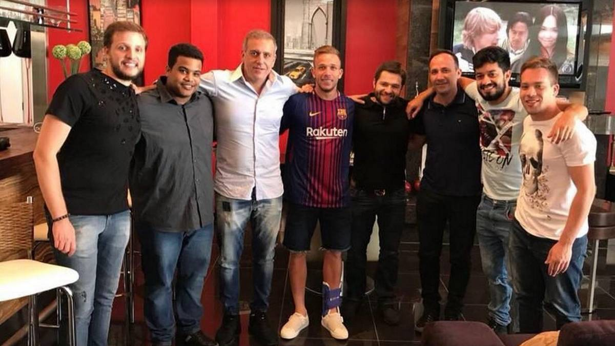 Arthur: Barcelona target photographed in club's shirt