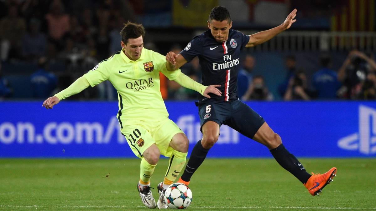 Messi y Marquinhos pelean un balón durante la ida de los cuartos de final  de la ccde023c46db0