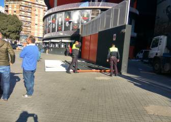 Mestalla door comes loose and injures woman with baby