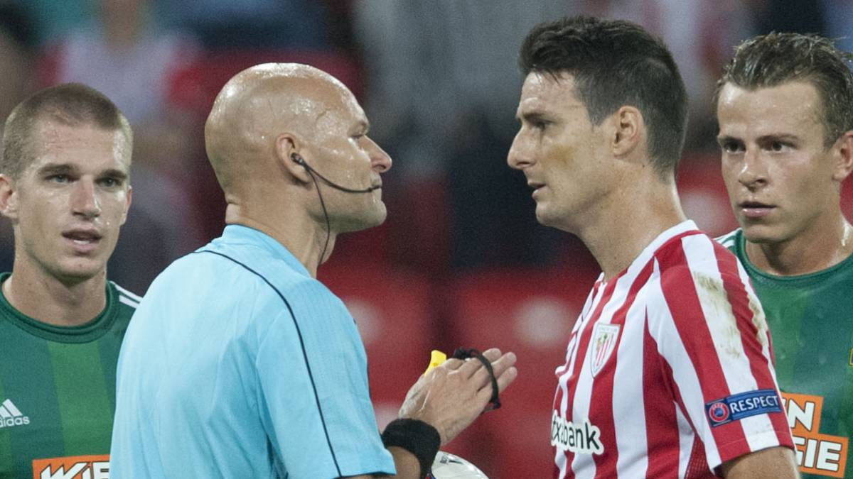 Tony Chapron dialoga con Aduriz en un Athletic-Rapid Viena de la Europa League.