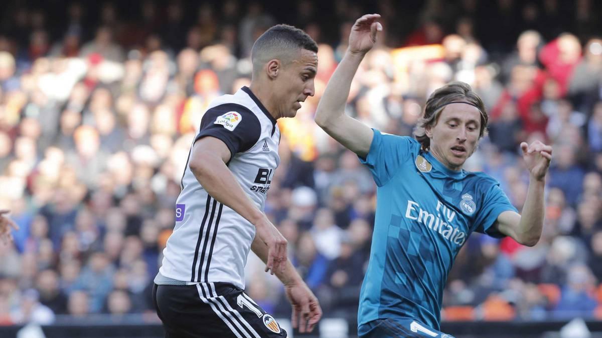 Luka Modric intentado robar un balón a Rodrigo.