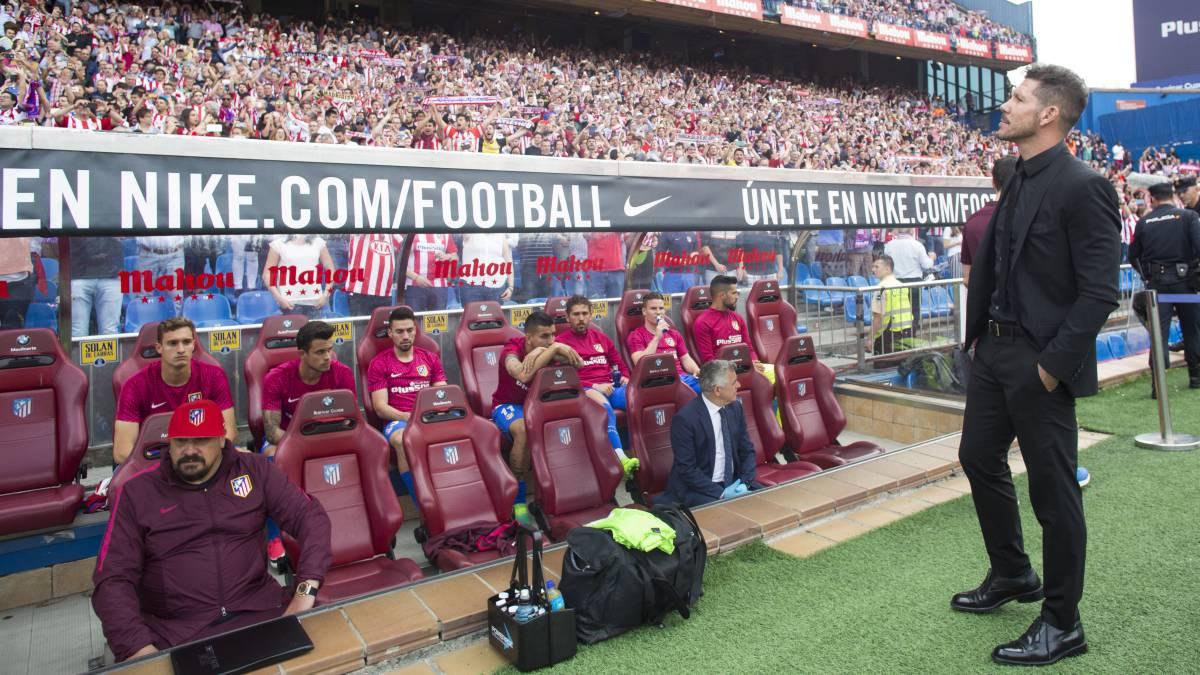 Simeone mira a la grada en el último Atlético-Athletic, el último partido liguero del Vicente Calderón.