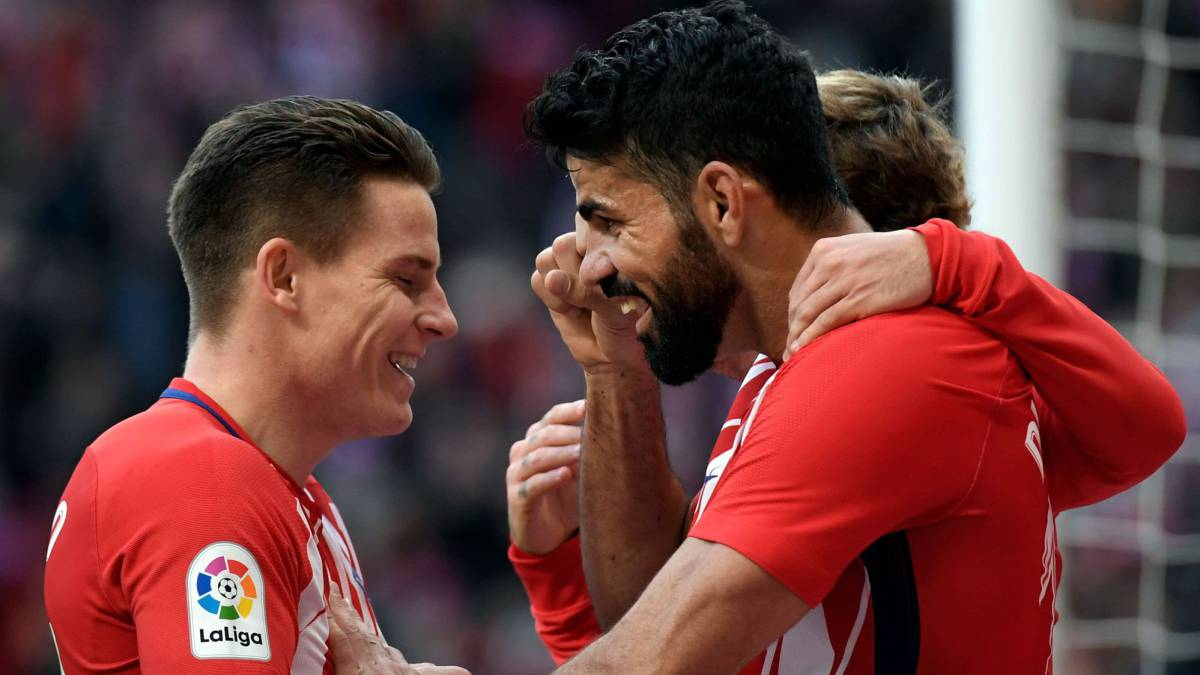 Gameiro, Costa y Griezmann celebran un gol ante el Athletic.