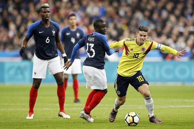 James intenta marcharse de Kanté en el Francia-Colombia.
