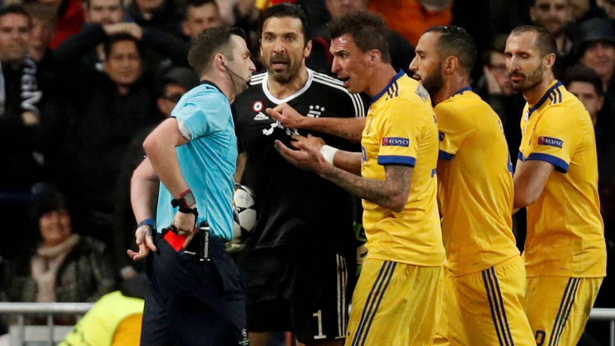 UEFA condemns online abuse of referee Oliver and his wife