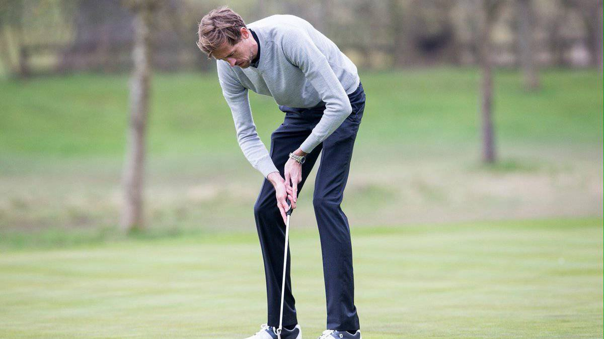 An image of Peter Crouch playing golf goes viral