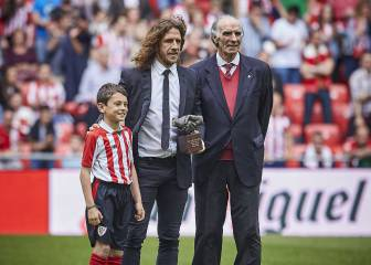 Puyol recibe de manos de Iribar el premio 'One Club Player'