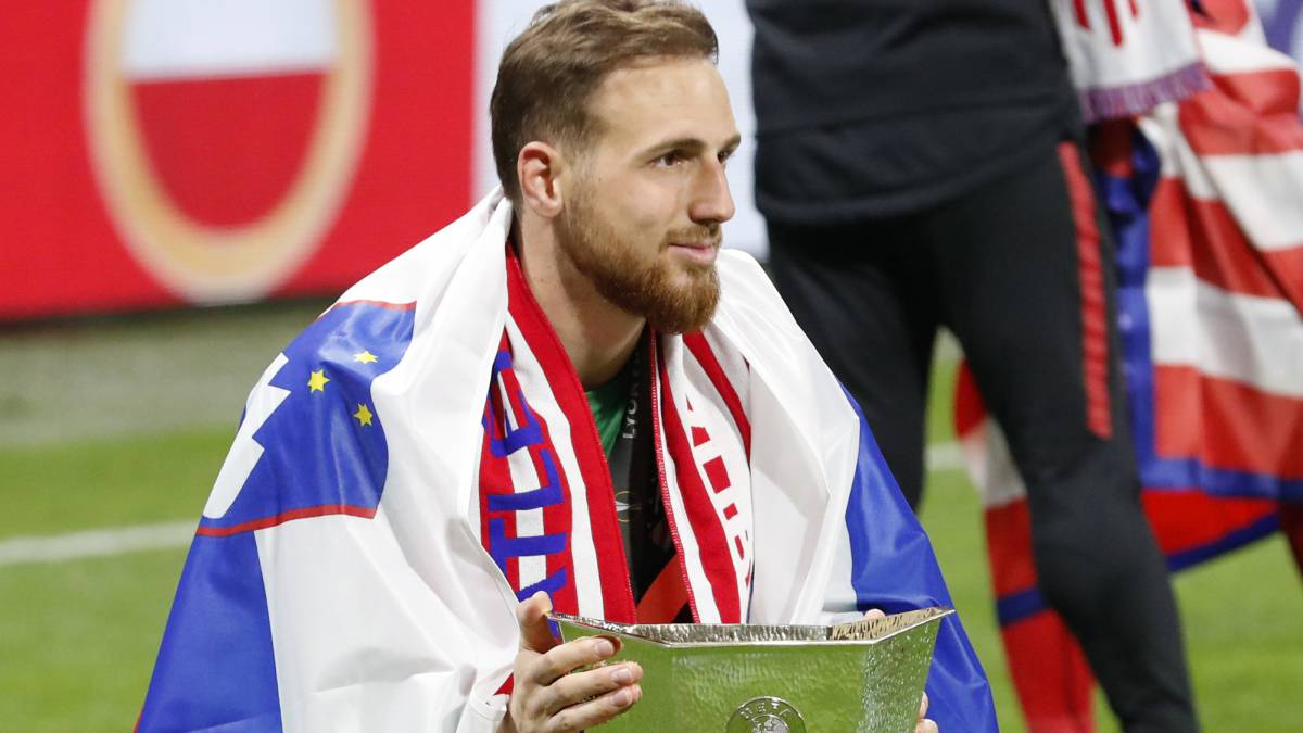 El guardameta esloveno del Atlético de Madrid, Jan Oblak, con el título de Europa League.