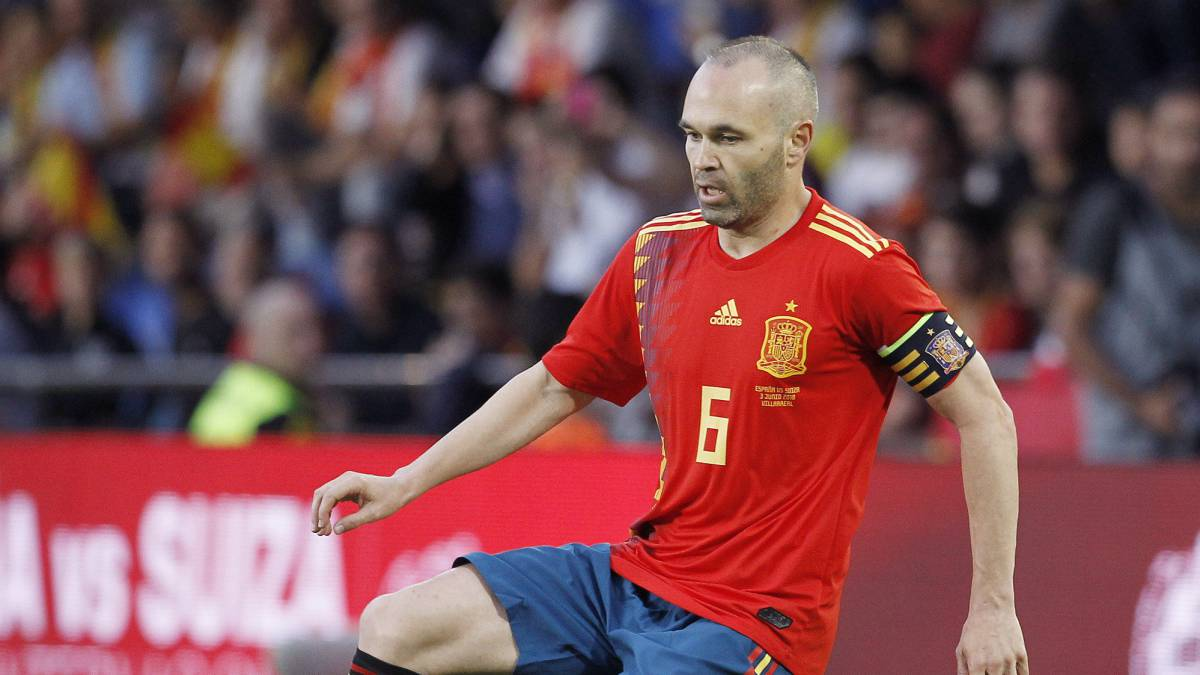 Ovation for Iniesta on his last game in Spain
