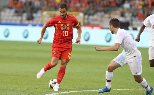 Eden Hazard deja pasar el esférico con Bélgica.