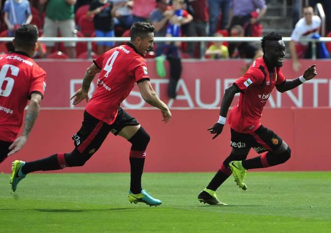 Iago Junior celebra un gol con el Mallorca.