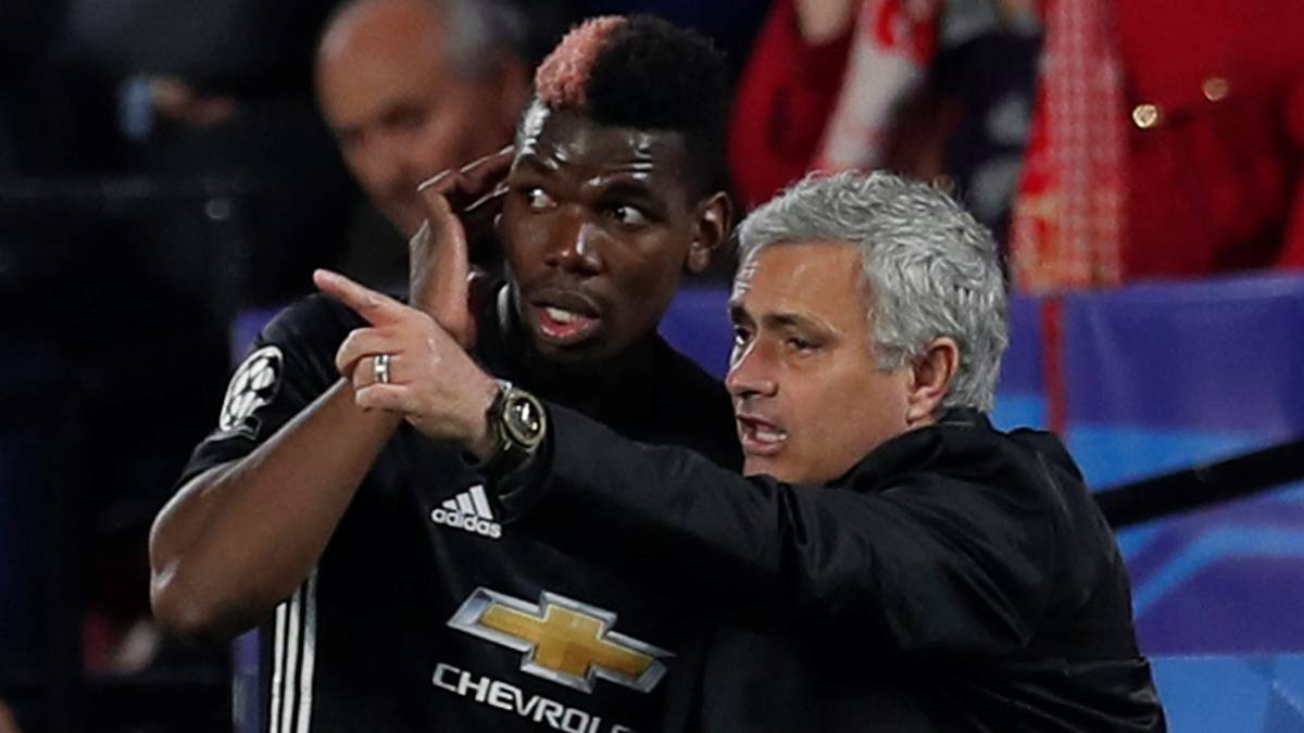 José Mourinho da instrucciones a Pogba en un partido de Champions del Manchester United.