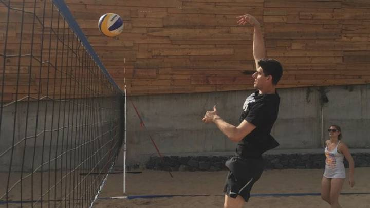 Courtois espera su resolución en Tenerife... jugando al voley playa