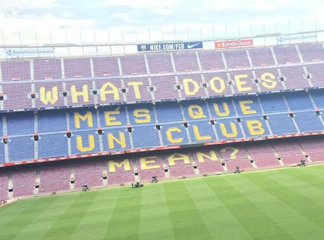 La grada del estadio del Barcelona (Camp Nou), con el eslogan 'Més que un club' modificado.