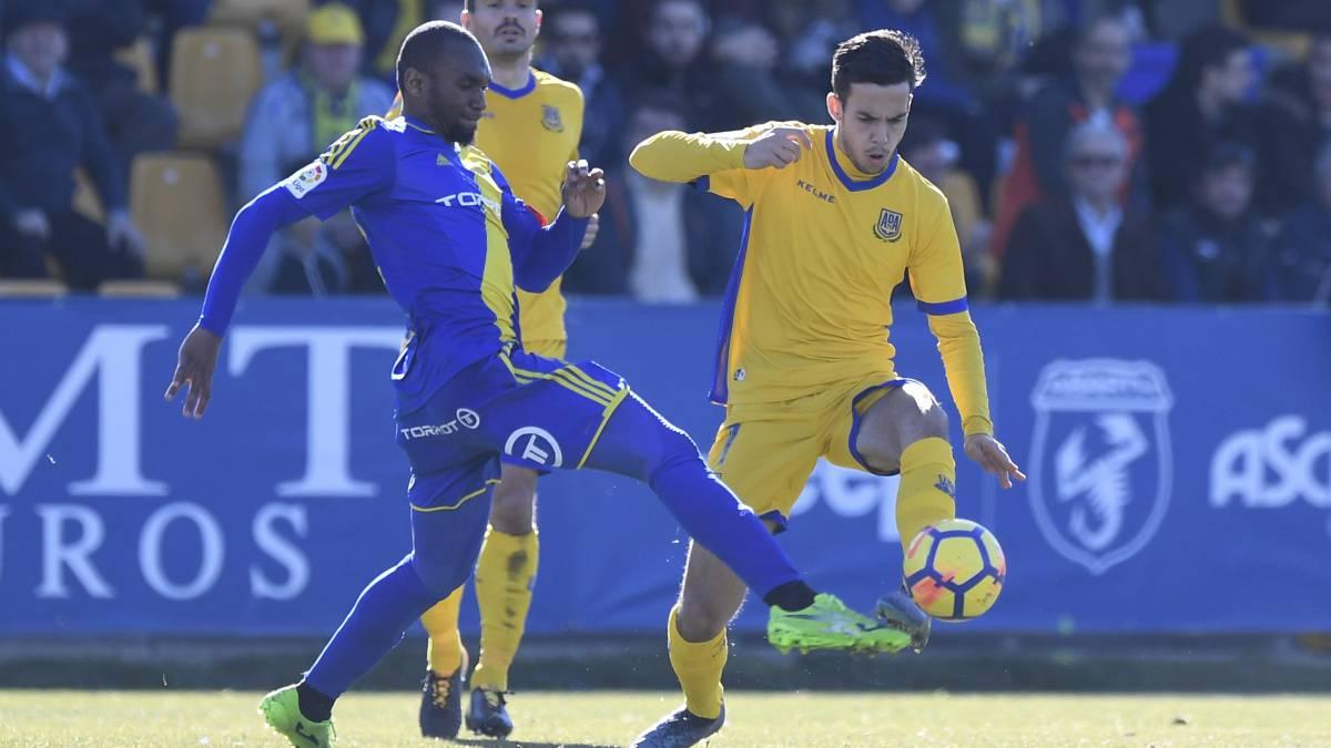 Borja Domínguez pelea un balón con Abdullah durante el encuentro de la Liga 1,2,3 entre Alcorcón y Cádiz.