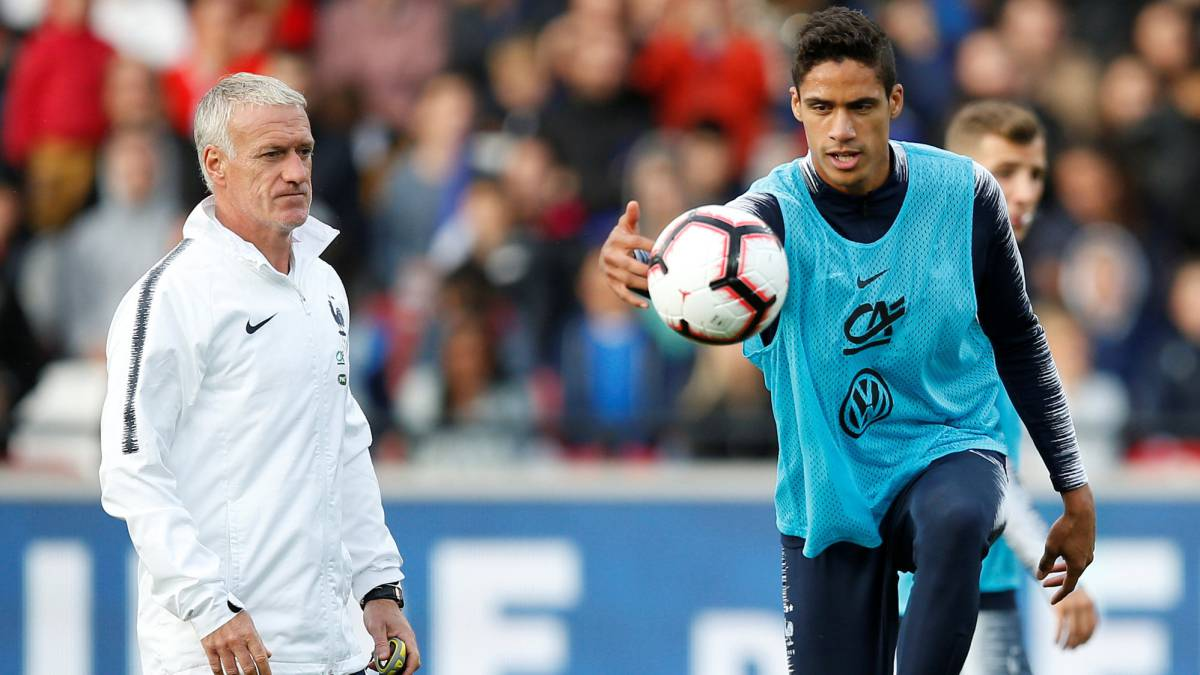 Didier Deschamps y Raphael Varane.