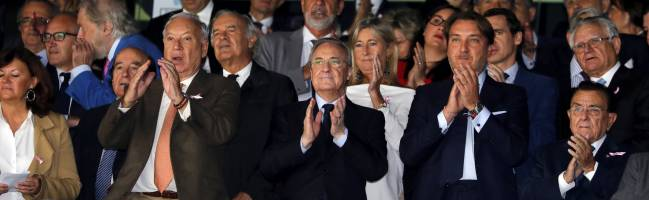 Florentino Pérez (centre) during Real Madrid-Levante on Saturday.
