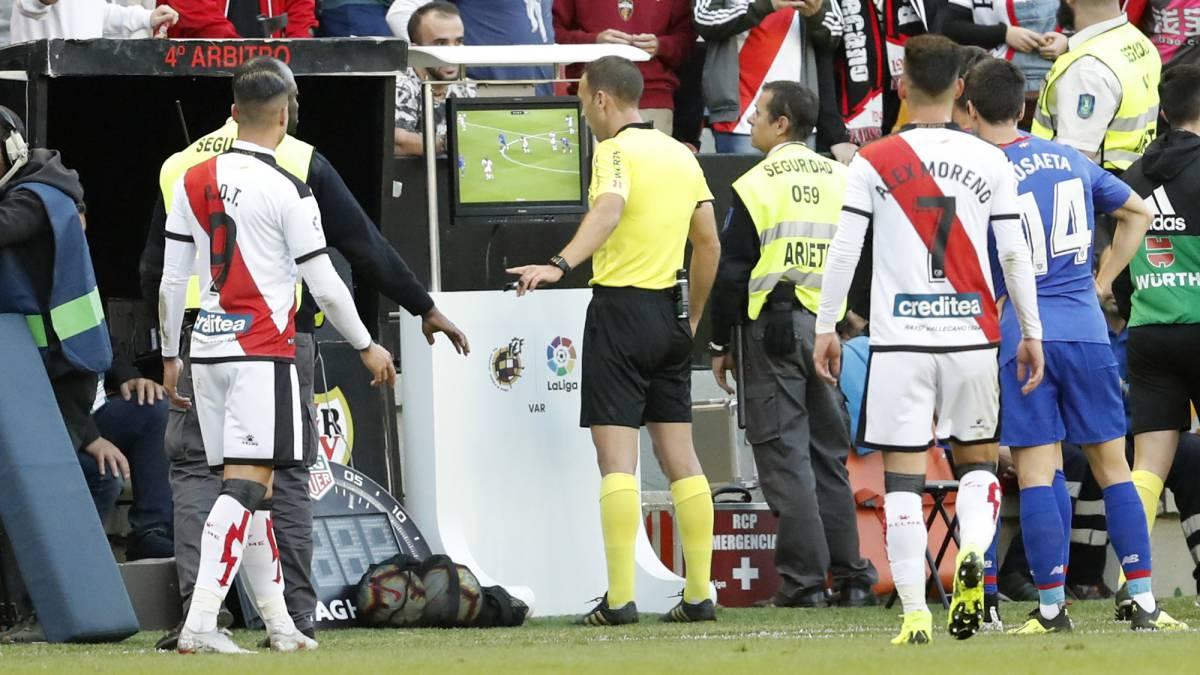 Cuadra Fernández, árbitro del Rayo Vallecano-Athletic, consulta en el monitor del VAR la jugada del gol que finalmente anuló a Raúl de Tomás.
