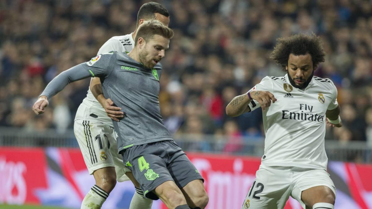 Illarra supera a Lucas y Marcelo en el partido entre Real Madrid y Real Sociedad.